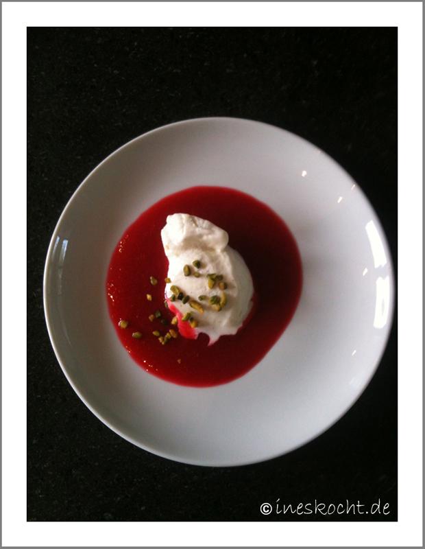 Frozen Joghurt auf Himbeersaucenspiegel