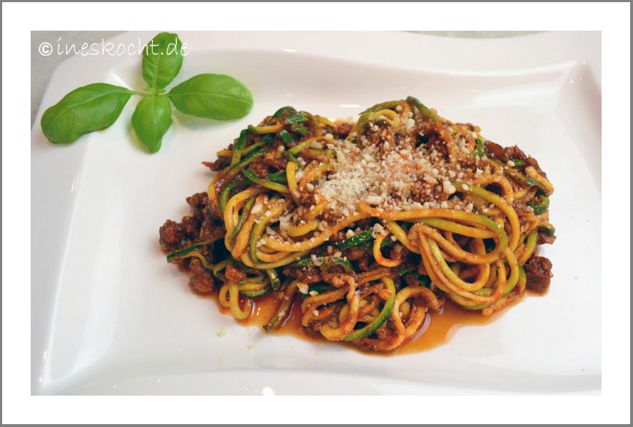 Zucchini-Spaghetti Bolognese mit Mandel Parmesan