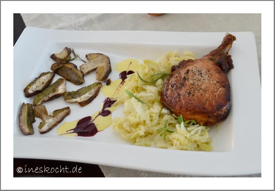 Carre vom Schwäbisch-Hällischen Landschwein auf Spitzkohl mit Steinpilzen an Trüffelschaum mit Kirschessenz