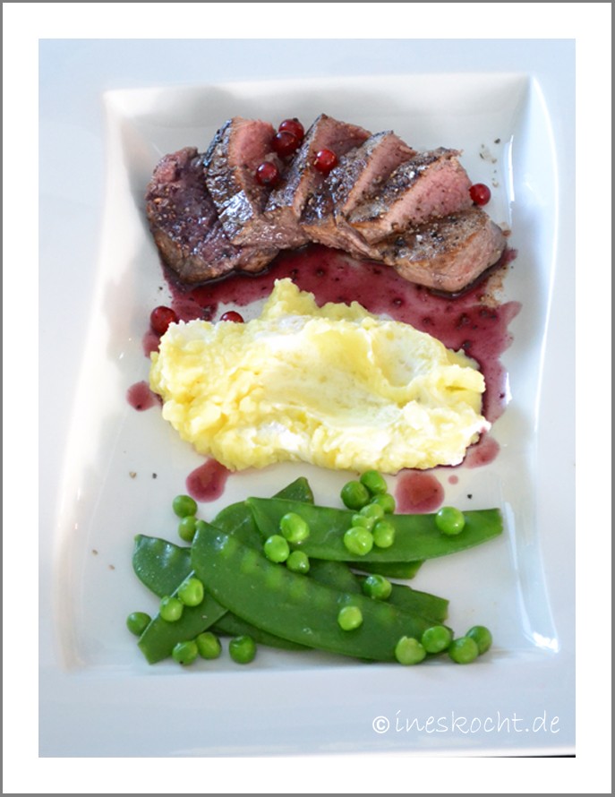 Rinderfilet mit Johannisbeersoße und Kartoffel-Ziegenkäsestampf